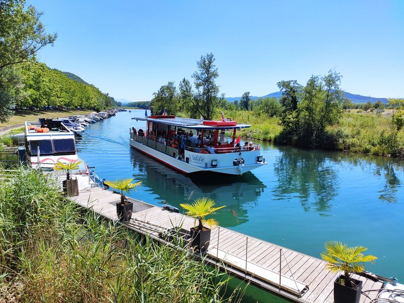 Solar powered boat cruises : le Solely